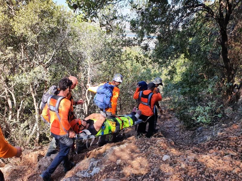 """מטיילת בת 60 מנהריה חולצה ע""""י מתנדבי יחידת החילוץ גליל-כרמל בנחל המעפילים בשמורת הכרמל לאחר שמעדה ונחבלה בראשה וברגלה"""